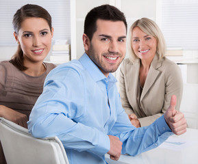 Erfolgreiche junge Leute im Beruf machen Karriere: Daumen hoch