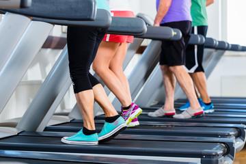 Gruppe von Leuten auf Laufband bei Fitness Sport