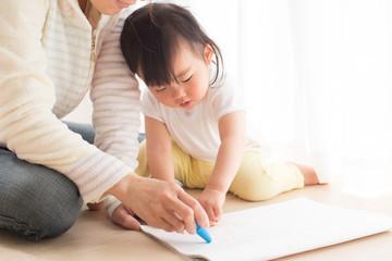 お絵描きする子供とママ