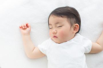 お昼寝をする子供