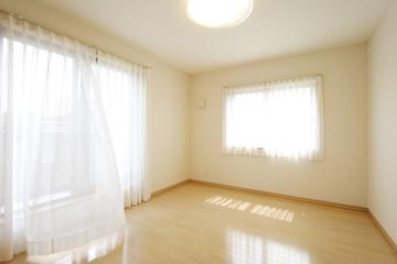 洋室 寝室 イメージ そよ風とカーテン シンプル家具なし 施工例