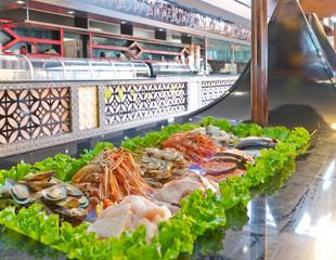 Banco del pesce crudo in ristorante giapponese