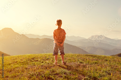 Toddler enjoys view over the mountains - 80842375