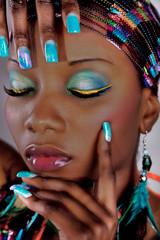 Afroamerikanische Frau mit Airbrush Fingernägel und Make-Up