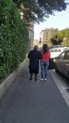 Badante si prende cura dell'anziana