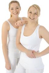 Blonde Frauen im Partnerlook