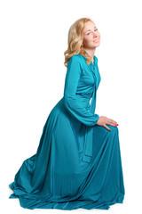 Портрет красивой светловолосой женщины в голубом длинном платье.