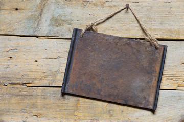 Leeres altes Schild auf Holz