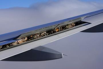 Blick in die geöffneten Landeklappen einer Tragfläche