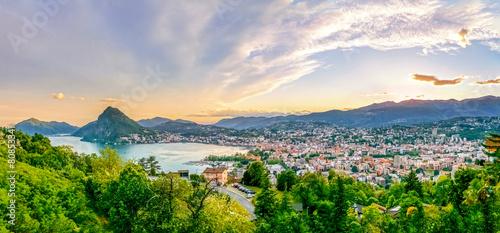 Fotobehang Mediterraans Europa Lugano im Sonnenuntergang