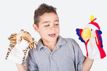 bambino a divertirsi con marionette da mano