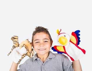 bambino felice con marionette di peluche