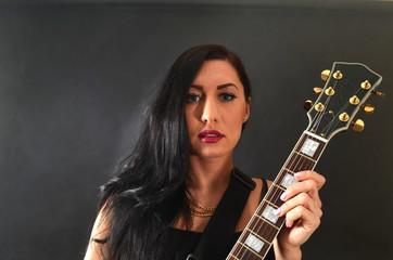 schönes Model mit Gitarre