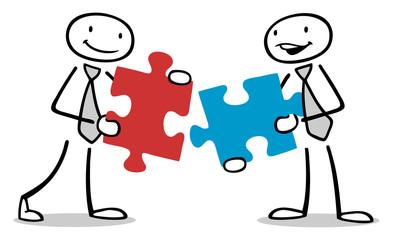 Zwei Leute halten Teile vom Puzzle