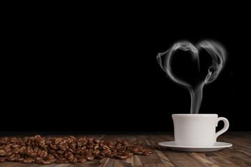 Herz kommt aus einer frischen Tasse Kaffee