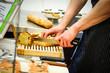 Brot aufschneiden fürs Buffet - 80873503