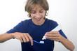 Enfant prêt à laver ses dents baguées