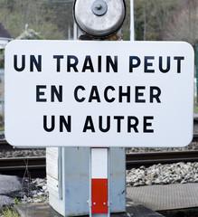 """panneau """"Un train peut en cacher un autre"""""""