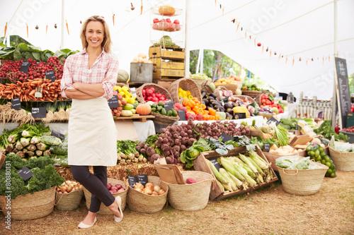 Leinwanddruck Bild Female Stall Holder At Farmers Fresh Food Market