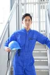 ヘルメットを持つ労働者