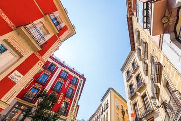 Häuser in der Altstadt von Madrid, Spanien, in Froschperspektive