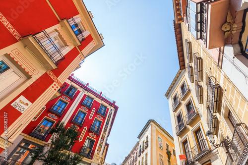 Aluminium Madrid Häuser in der Altstadt von Madrid, Spanien, in Froschperspektive