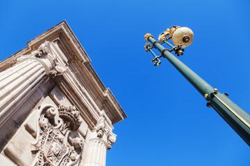 Säule mit Verzierungen am Palacio Real in Madrid