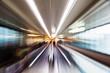 abstraktes Zoombild eines Laufbandes am Flughafen - 80882557