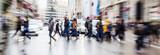 Bild mit Zoomeffekt von Menschen die eine Straße überqueren - 80882540