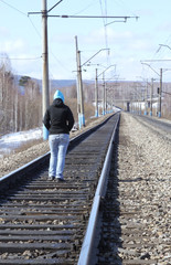 обиженная девушка идет по железной дороге