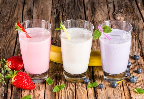 Fresh milk, strawberry, blueberry and banana drinks on wodeen ta - 80896127