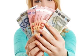 Frau hält Geld hoch