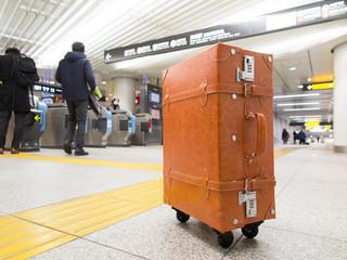 地下鉄の改札前に置いたスーツケース