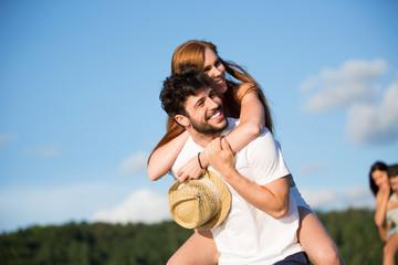 Junges Paar genießt den Sommer im Freien