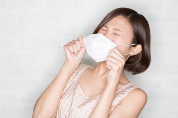 花粉症 くしゃみをする若い女性