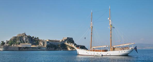 Luxuriöse Privatyacht auf Anker vor Korfu Stadt