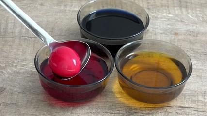 Ei aus Farbe heraus nehmen