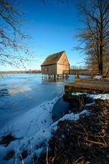 Bootshaus mit zugefrorenem See