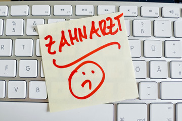 Notiz auf Computer Tastatur: Zahnarzt