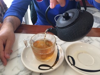 hombre sirviendo un te en una cafeteria