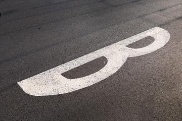 Fahrbahnmarkierung Buchstabe B