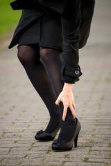 Ragazza con crampi al polpaccio per la strada