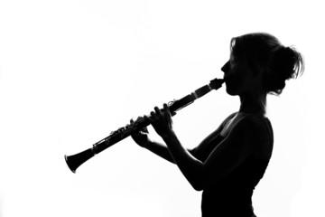 Silhouette di clarinettista donna che suona su sfondo bianco