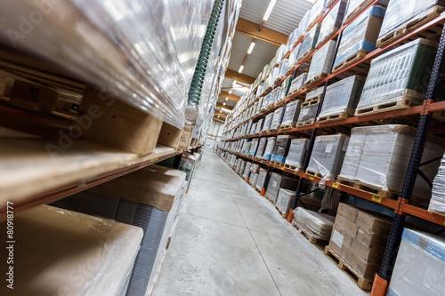 longue allée de marchandises industrielles