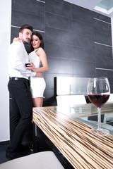 Verliebtes Paar im Esszimmer