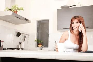 Telefonflirt in der Küche