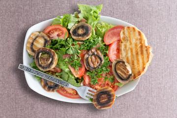 Grilled mushroom salad with toasted bread