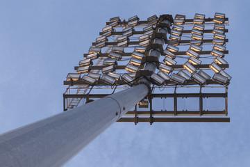 Torre de iluminación de un estadio de fútbol