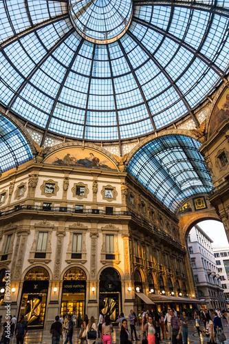 In de dag Milan Galleria Vittorio Emanuele II in Milan