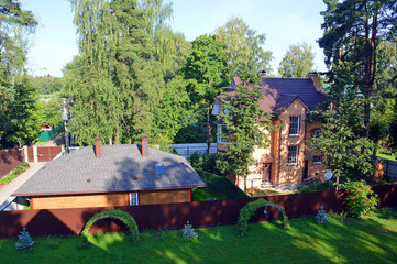 Современный загородный дом с хозяйственной постройкой